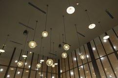 Ljuset är ordnat runt om ett runt fönster i taket av enuppehåll matsal som det konstgjorda ljuset är delvis direkt, delvis indire Royaltyfria Bilder