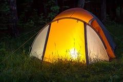 Ljuset bränner i tältet på natten Royaltyfria Foton