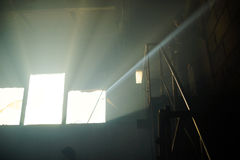 Ljuset från fönstret av ett övergett hus Royaltyfri Fotografi