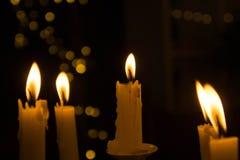 Ljuset från stearinljuset i natten royaltyfri foto