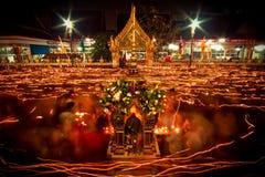Ljuset från stearinljuset tände på natten runt om kyrkan av buddistfastlagen Royaltyfria Foton