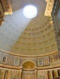 Ljuset genom hela taket av panteon i Rome arkivbilder