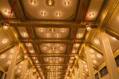 Ljuset på guld- tak royaltyfri bild