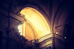 Ljuset skiner till och med ett f?nster i en historisk katolsk kyrka arkivbilder