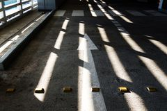 Ljuset skiner till och med ljuset på gatan Fotografering för Bildbyråer