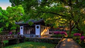 Ljuskontraster på en klassisk kinesträdgård fotografering för bildbyråer
