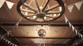 Ljuskrona i form av ett hjul stock video