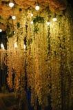 Ljuskrona i restaurangen och dekoren av blommor för bröllopceremonin Royaltyfria Bilder