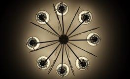 Ljuskrona på takmonokromen royaltyfri fotografi