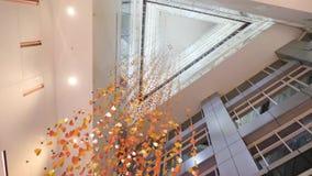 Ljuskrona som göras av konfettier i modern byggnad, nedersta sikt Guld- kristall, abstrakt bakgrund bakgrund som sparkling stock video