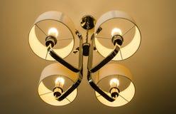 Ljuskrona som hänger på tak Fotografering för Bildbyråer