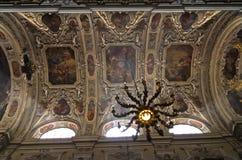 Ljuskronan, freskomålningar och andra härliga garneringar inom dominikan kyrktar i Wien royaltyfria foton
