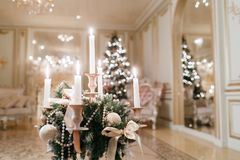 Ljuskronan med stearinljus i förgrunden bakgrund undersöker år för toys för mörk afton nytt s för julsammansättning Klassiska läg Fotografering för Bildbyråer