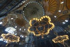 Ljuskronor inom Hagia Sophia, Istanbul, Turkiet arkivbilder