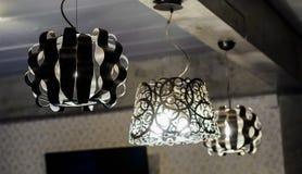 Ljuskronor monterade på taket i korridoren av det lyxiga läget royaltyfri bild
