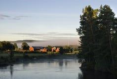 Ljusnedal-Fluss nahe Ljusnan Stockfotos