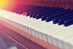 Ljusnedgångarna på pianotangentbordet Arkivfoto