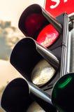 ljusröd trafik för färg arkivbilder