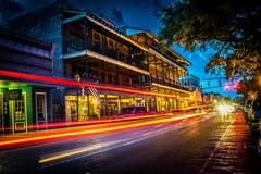 Ljusslingor från nattetidskott av shoppar och restauranger på Front Street i Natchitoches Royaltyfri Fotografi