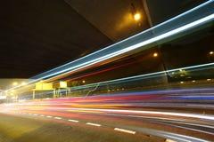 Ljusslingor i mega stadshuvudväg Arkivbilder