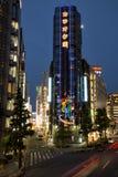 Ljusslingor i Shinjuku på natten arkivfoton