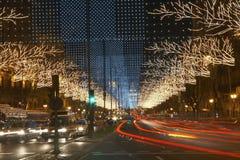 Ljusslingor på den stads- gatan Arkivfoton