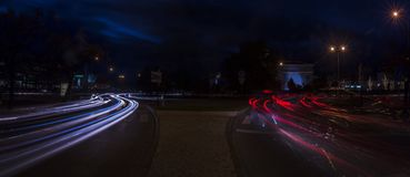 Ljusslingor som skapas av trafik royaltyfria bilder