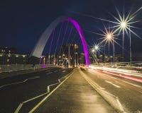 Ljusslingor till och med Clyde Arc Squinty Bridge i Glasgow arkivbild