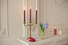 Ljusstakar på spisen i vitt rum med den barocka inre Royaltyfri Fotografi