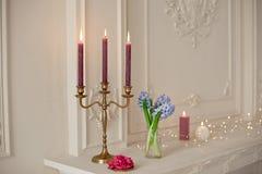 Ljusstakar på spisen i vitt rum med den barocka inre Royaltyfri Foto