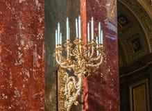 Ljusstake i Roman Catholic Church av Sts Stephen basilika i Budapest, Ungern fotografering för bildbyråer