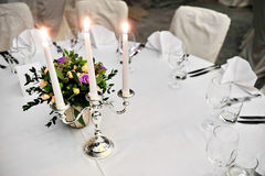 Ljusstake på den eleganta matställetabellen Royaltyfri Foto