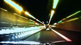 Ljusstrimmor till och med tunnelen arkivfilmer