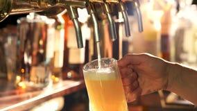 Ljust öl som häller ut ur klappet lager videofilmer