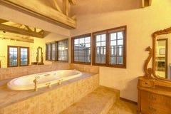 Ljust, öppet och badrum med välvde tak och ett underbart arkivfoto