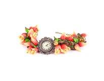 Ljust armband med blomman och klockan Arkivbilder