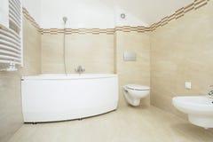Ljust badrum med badkaret Fotografering för Bildbyråer