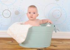 Ljust behandla som ett barn pojken som sitter i wastub royaltyfri foto