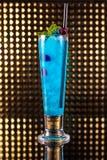 Ljust - blå bärcoctail i högväxt exponeringsglas arkivfoton