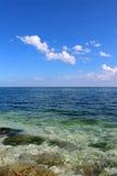 Ljust blå blått hav för himmel och för frikänd royaltyfria foton