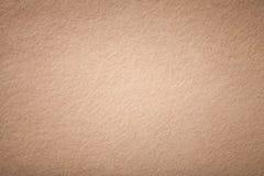 Ljust - brun matt mockaskinntygcloseup Sammettextur av filt royaltyfri foto