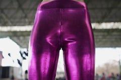 Ljust elastiskt lägga benen på ryggen för kvinnaläder arkivfoto