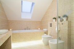 Ljust exklusivt badrum royaltyfria bilder