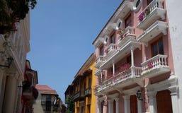 Ljust färgad gata i Cartagena Royaltyfri Foto