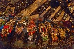 Ljust färgade prydde med pärlor smycken i templet royaltyfri fotografi