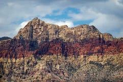 Ljust färgat rött vaggar kanjonen, Nevada med ursnygg himmel Fotografering för Bildbyråer
