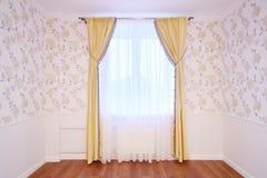 Ljust fönster med gardiner i hemtrevligt och enkelt rum Royaltyfria Bilder