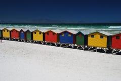 Ljust förlägga i barack den färgrika stranden i Muizenberg, Sydafrika royaltyfri foto