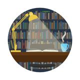 Ljust falla på en bok på bakgrunden av bokhyllor Royaltyfri Fotografi