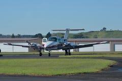 Ljust flygplan för tvilling- motor Arkivfoto
